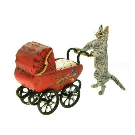 Katzenmutter mit Kinderwagen