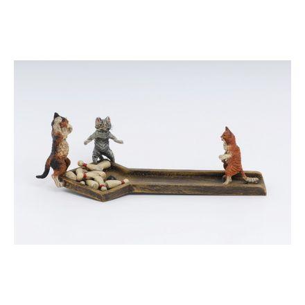Katzen bei Kegelbahn