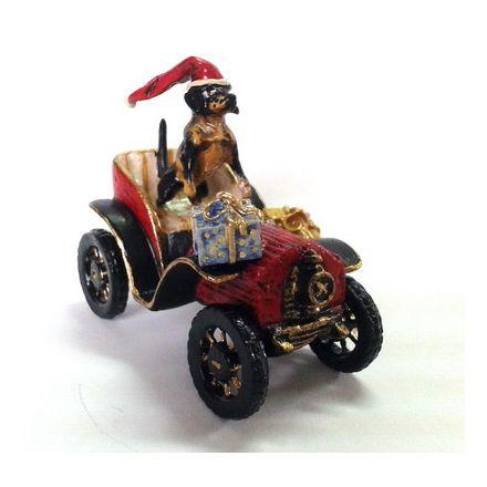 Dackel mit Weihnachtsmütze im Oldtimer