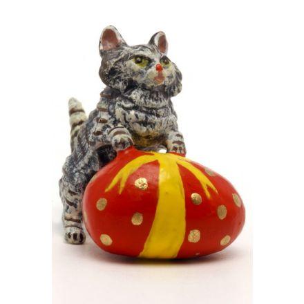 Katze mit Osterei