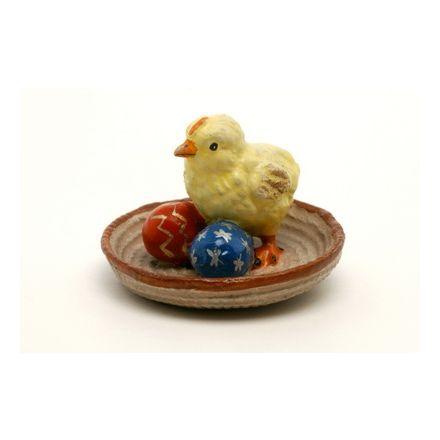 Küken im Nest mit Ostereier