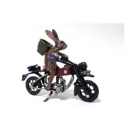 Hase auf Motorrad mit Korb