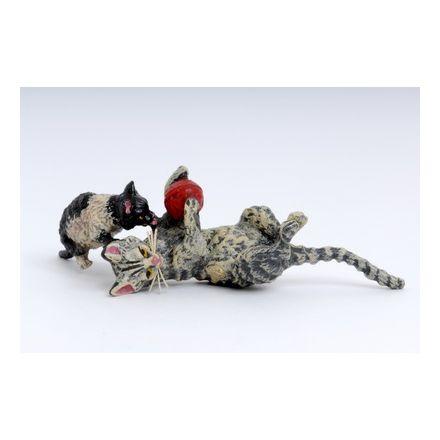 Katzenmutter spielend mit Kind/Wolle