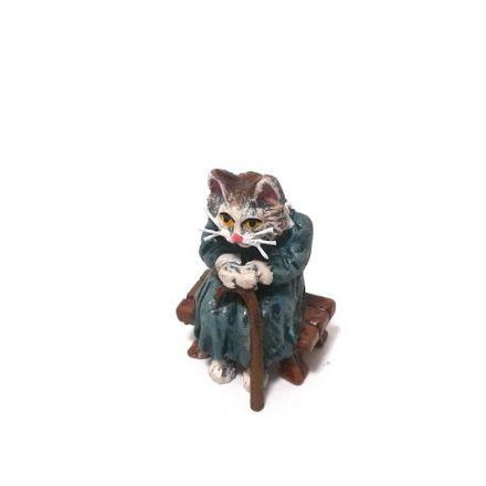 Katzenomi auf Bank/Stock